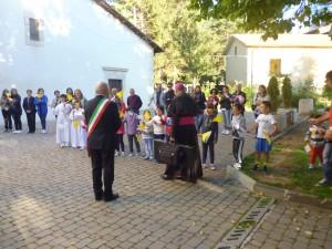Tripudio dei bambini all'arrivo del Vescovo